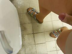 In Birkenstock der Nachbarin im Waschraum Wixen
