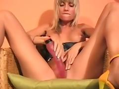 Suesse Blondine und ihr Toy