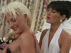 Horny cunt munching lesbos enjoy fucking pussy with toys