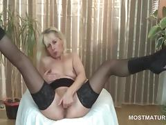Blonde mature hottie finger fucking starving twat