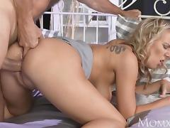 MOM Experienced man licking housewifes pussy
