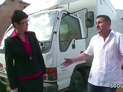 MILF Gerichtsvollzieherin wird outdoor geil gefickt