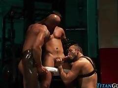 Muscled fetish threeway