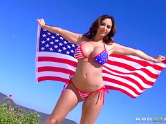 Patriotic American slut with big boobs sucks a mean cock outdoors