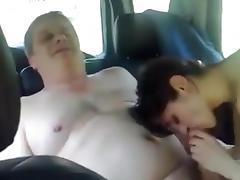 anciano follandose a la jovencita en el coche
