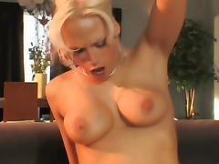 Blonde demontee sur le canape