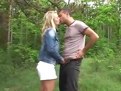 Blondje ontmoet geile gozer in het bos
