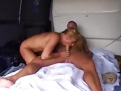 blonde vrouw neukt achter in het busje