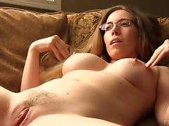 Relaxing MILF gets out the vibrator and makes herself cum