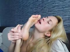 (WebCam) Sexy Blonde Licks Her Feet