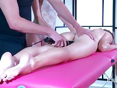 Vanessa and Kiki in a memorable pussy-toying that brings an orgasm