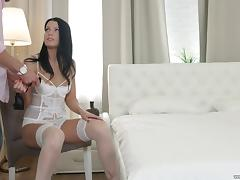 Blindfoleded beauty Akita is in need of a man's warm touch