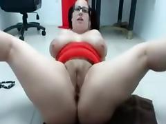 Busty chubby milf on cam spreads her legs and toys her pussy