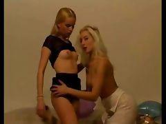 Amateur lesbians licking pussy