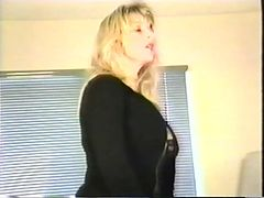 Sexy thick blond cougar plays with her clitty on the bed