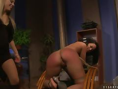 Executive manager makes her sexy assistant eat her pussy