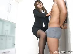 Incredibly Sexy Japanese Babe Gives an Outstanding Blowjob