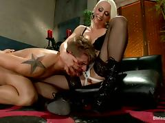 Blonde Vixen Lorelei Lee Strapon Fucking Guy in Bondage and Pegging Vid porn video
