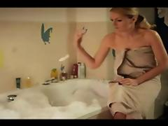 Martina Hill nimmt ein Bad