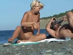 bionda esibizionista al mare..