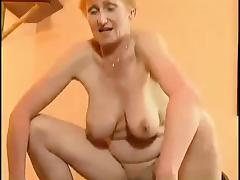 Oma mit Haengetitten wird von einem Junge gefickt
